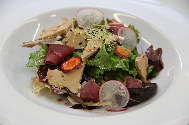 La-Salade-de-Magret-Fumé-et-ses-Eclats-de-Foie-Gras