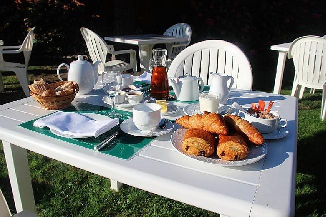 Petit-dejeuner-dans-le-jardin